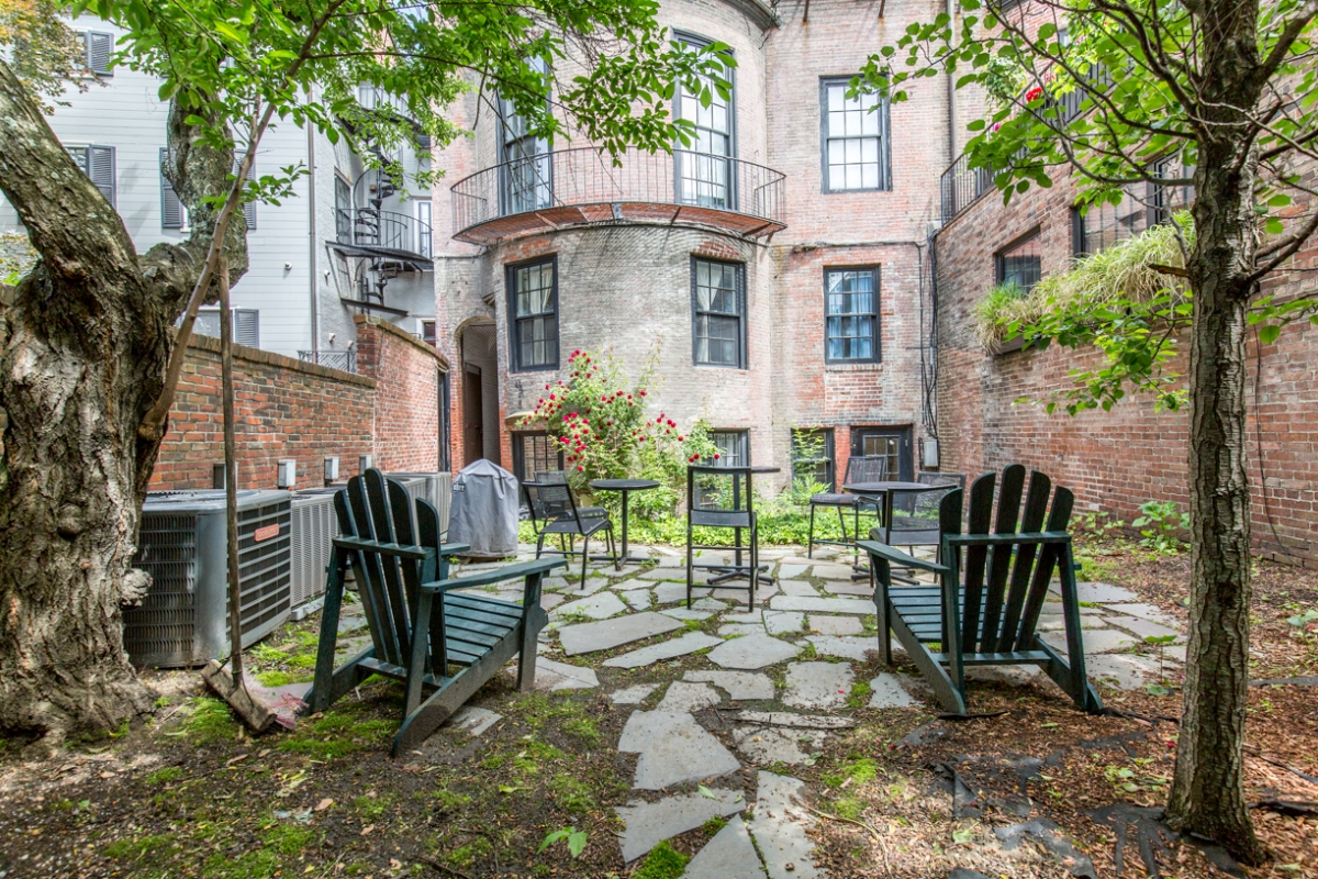 Beacon Hill One Bedroom with Beautiful Private Brick Patio